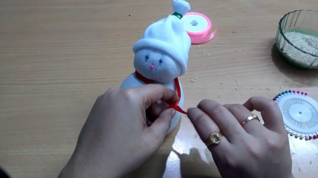 Милый снеговик из носка
