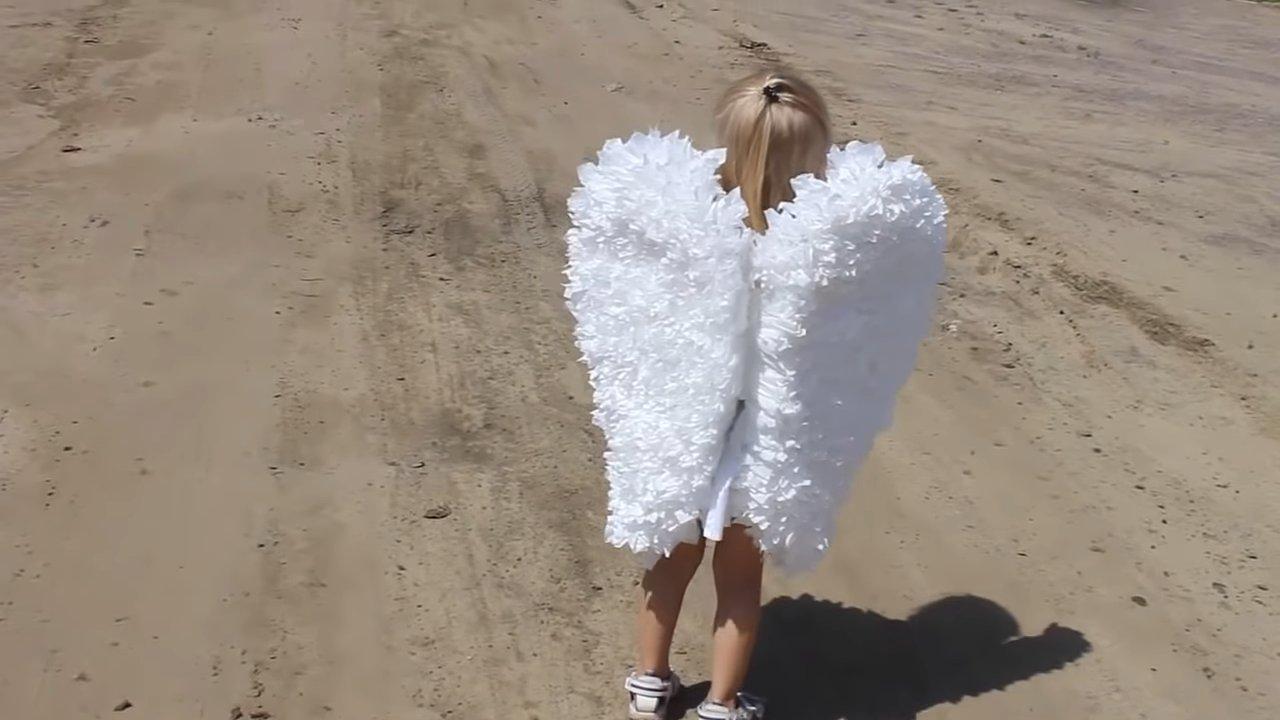 Обворожительный костюм ангела из картона и салфеток