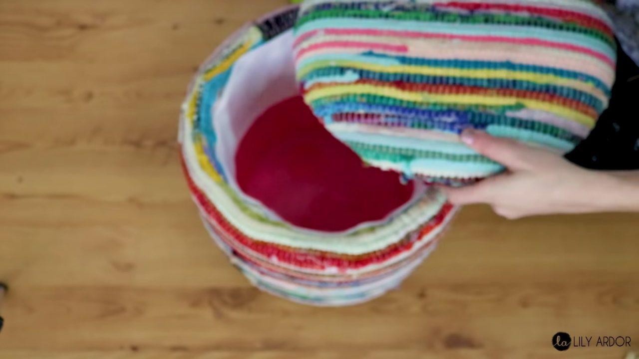 Пуфик с откидной крышкой из пластикового ведра