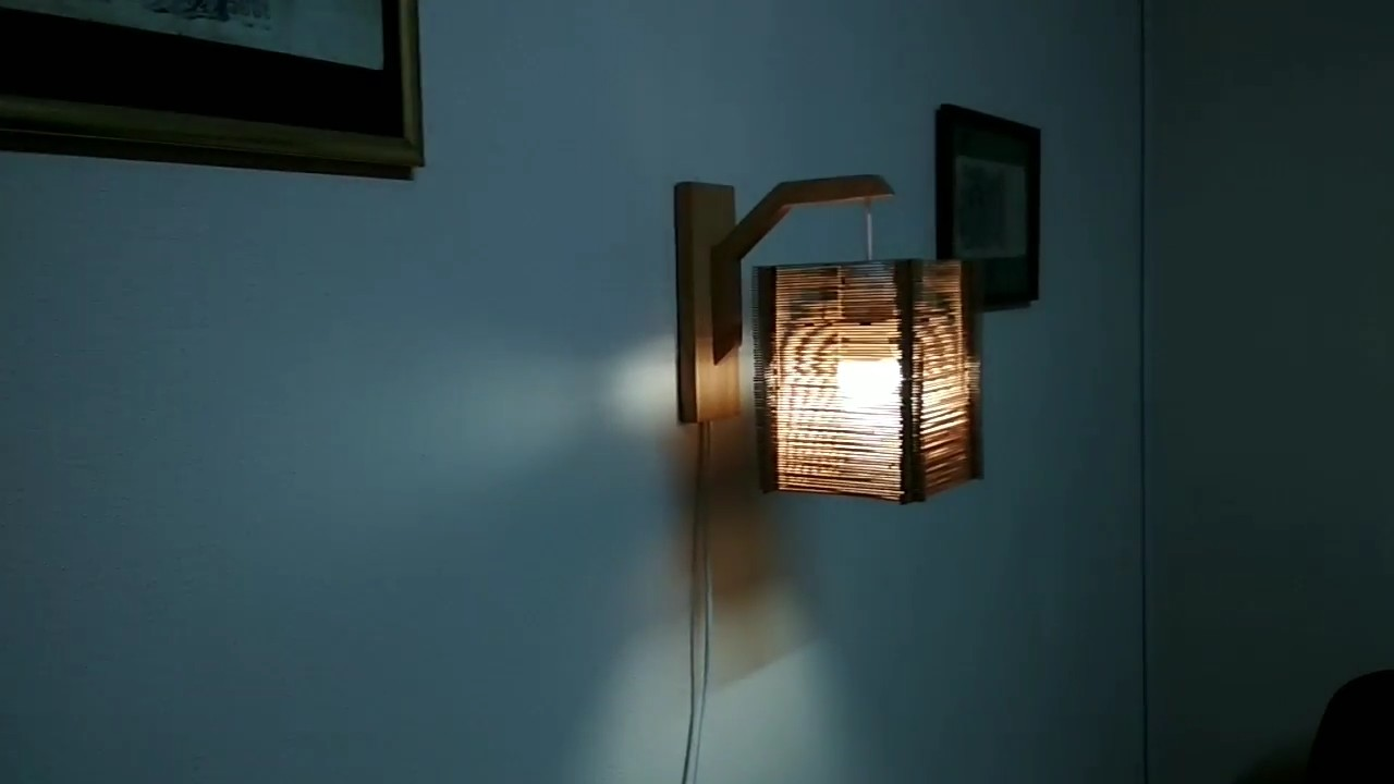 Светильник-бра из простых материалов
