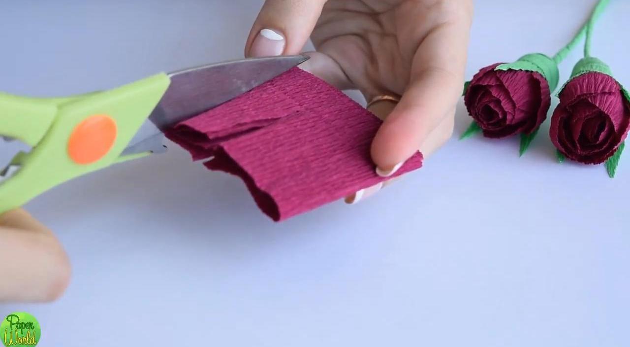 Складываем розочки из гофрированной бумаги