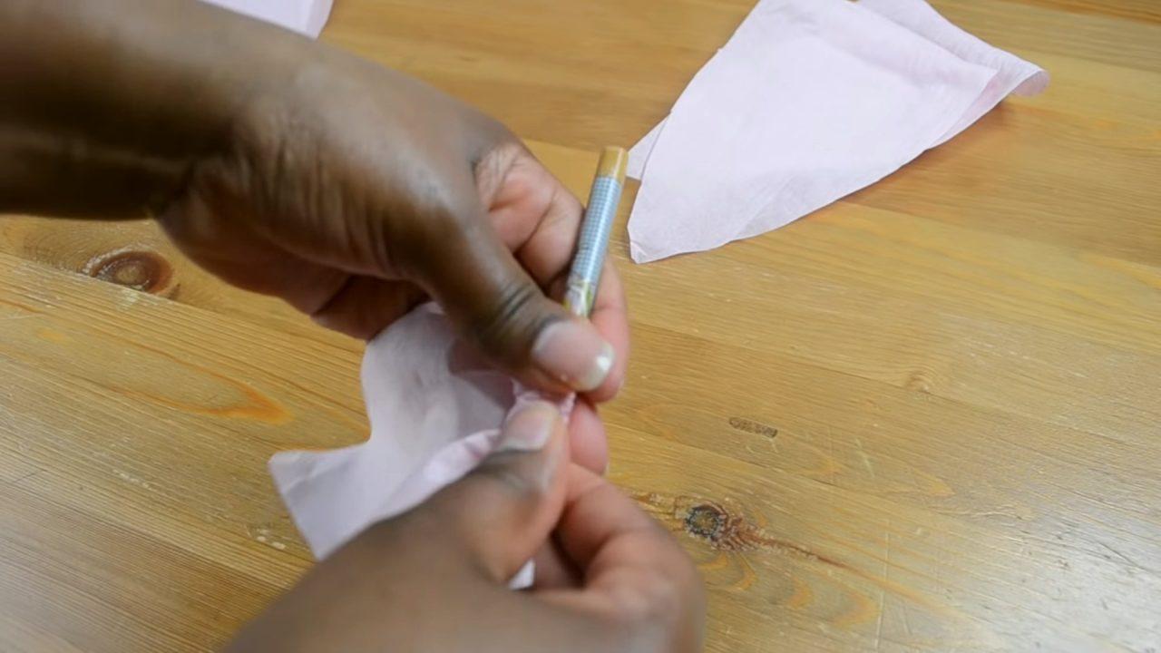 Большие цветы из гофрированной бумаги для оформления интерьера