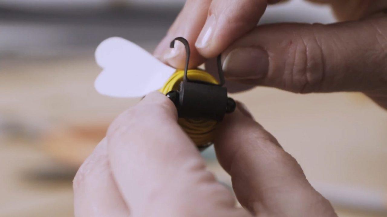 Очаровательная «летящая» пчелка из картона