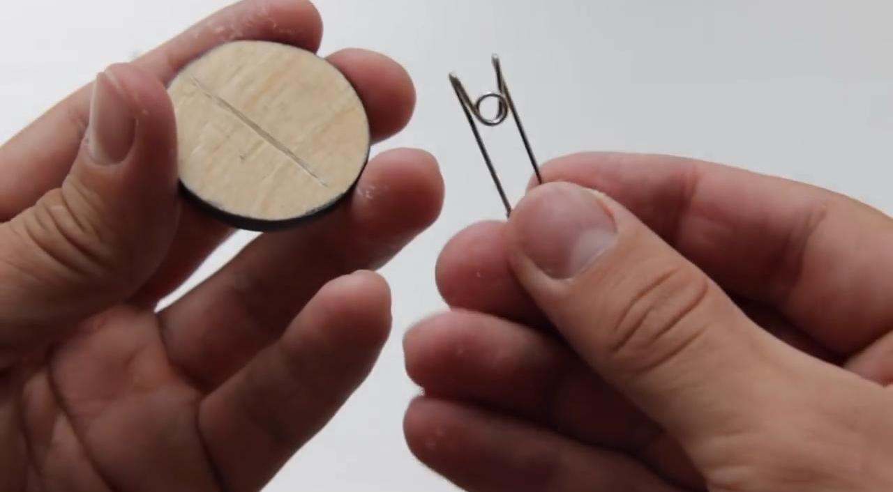 Самодельные деревянные значки на рюкзак или одежду
