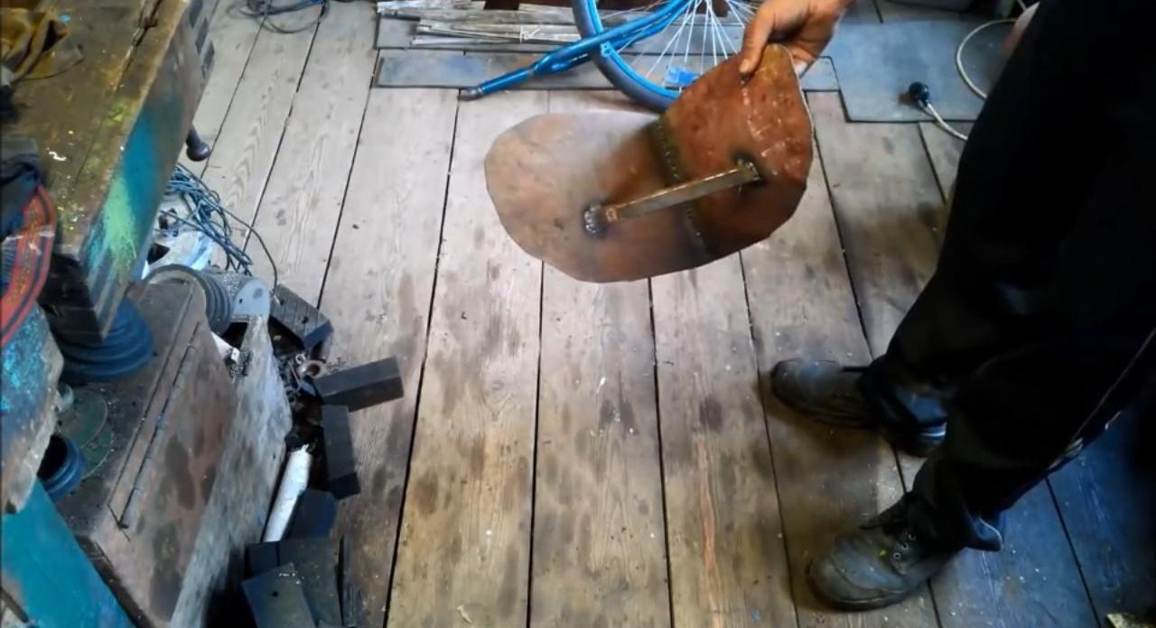 Эффективный окучник из старого велосипеда