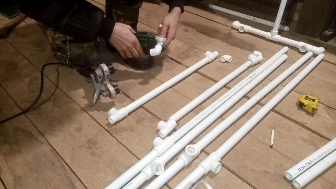 Напольная вешалка для одежды из пластиковых труб