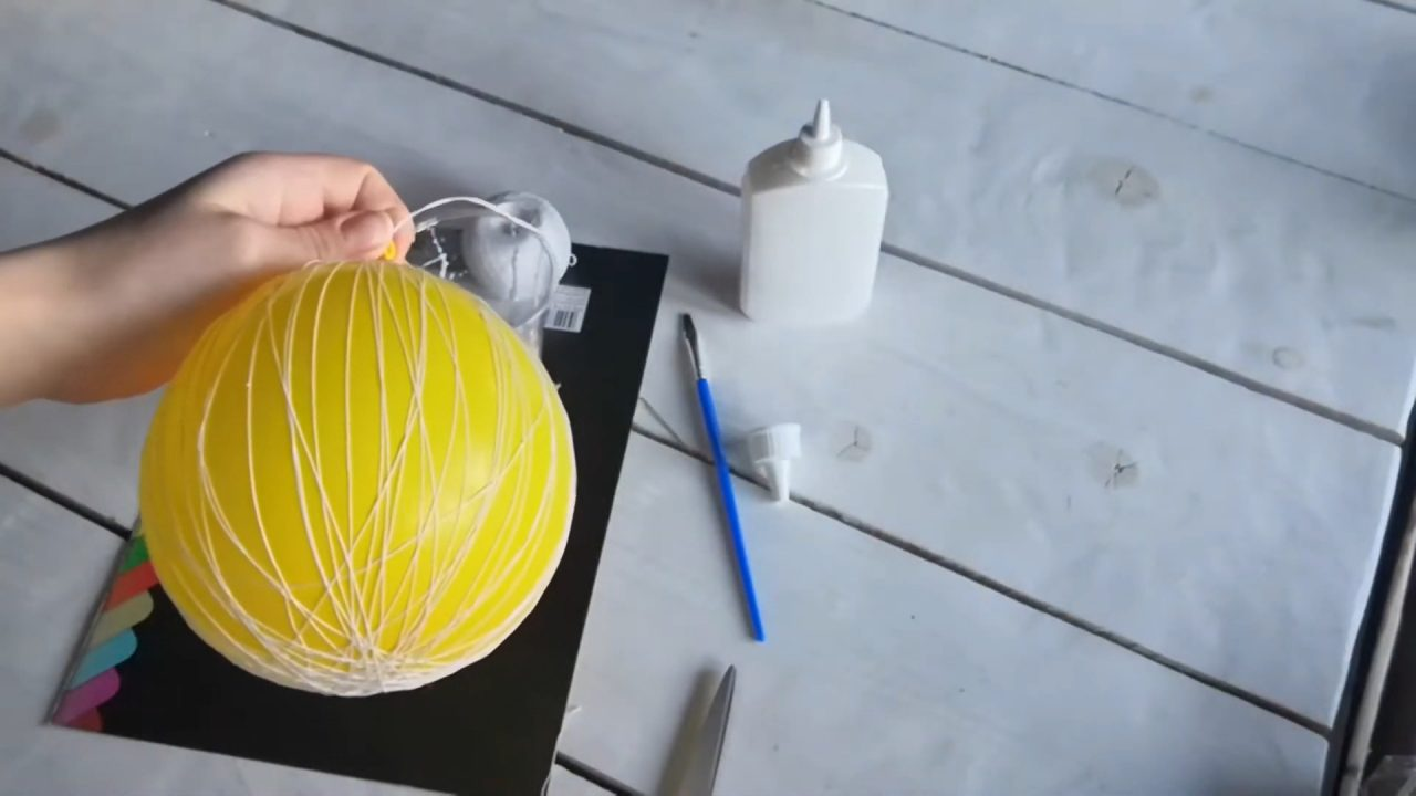 Декоративный шар из ниток и клея ПВА
