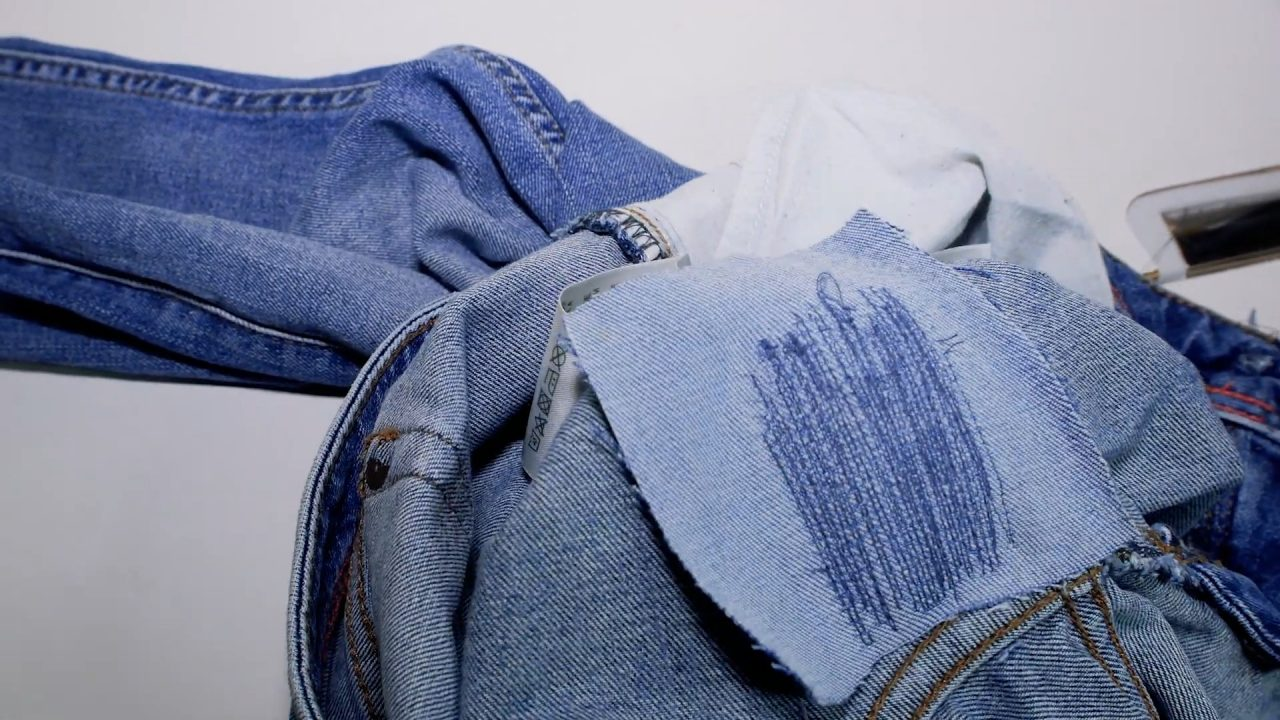 Как заштопать протертые джинсы между ног на машинке