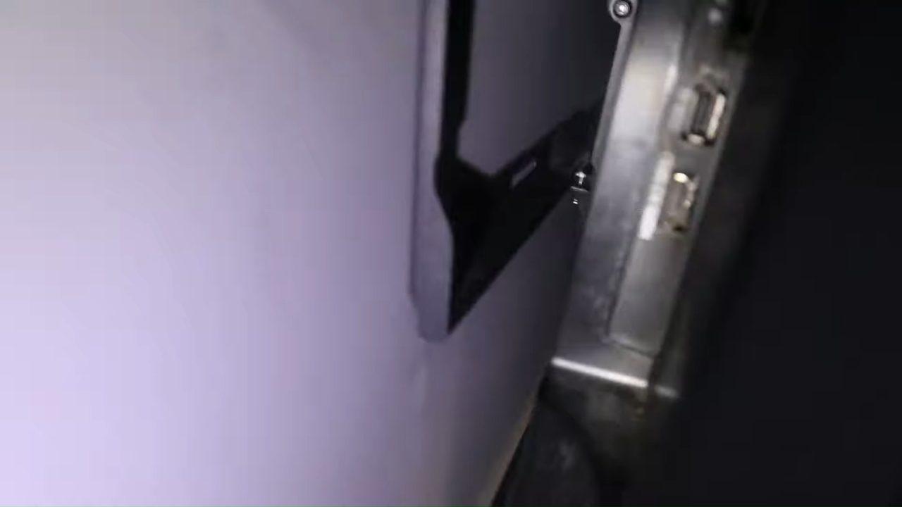 Вешаем телевизор на стену на кронштейн самостоятельно