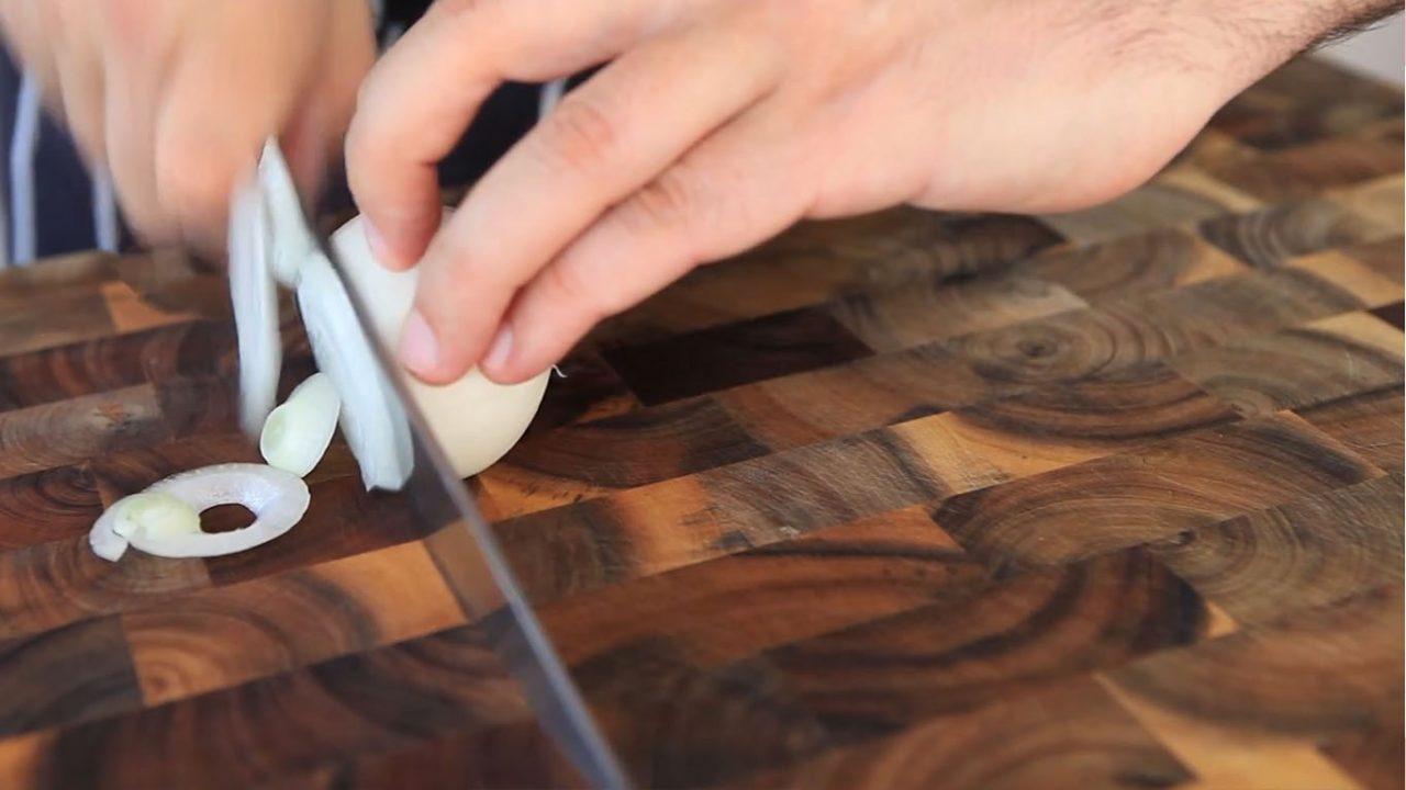 Как правильно резать лук кубиками, полукольцами и кольцами