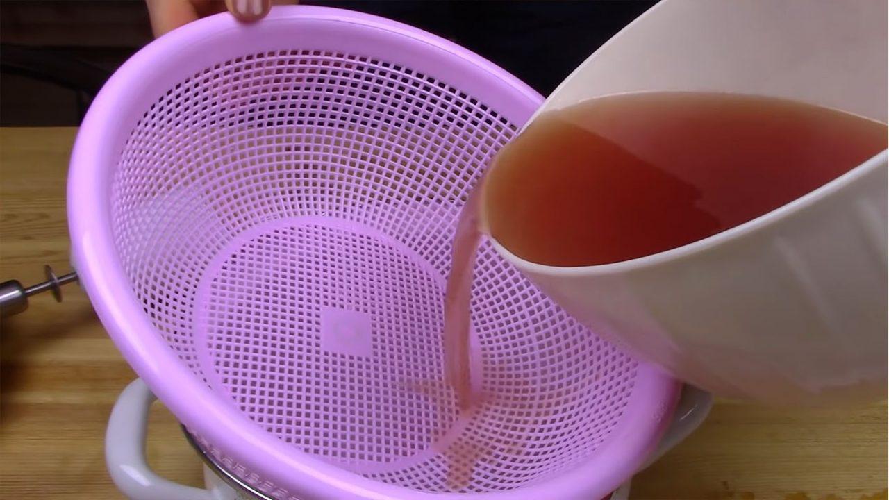 Как легко очистить икру горбуши от пленки и засолить