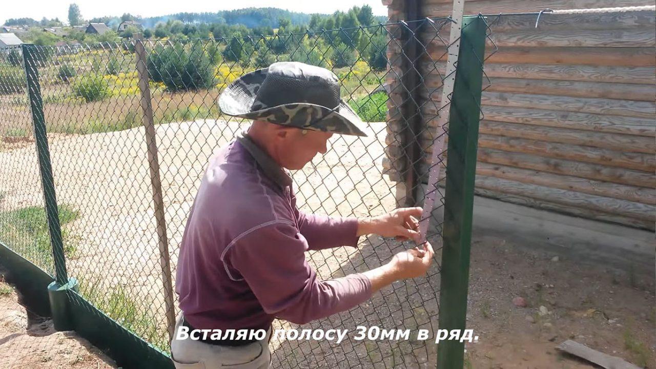 Как натягивать сетку рабицу между столбами