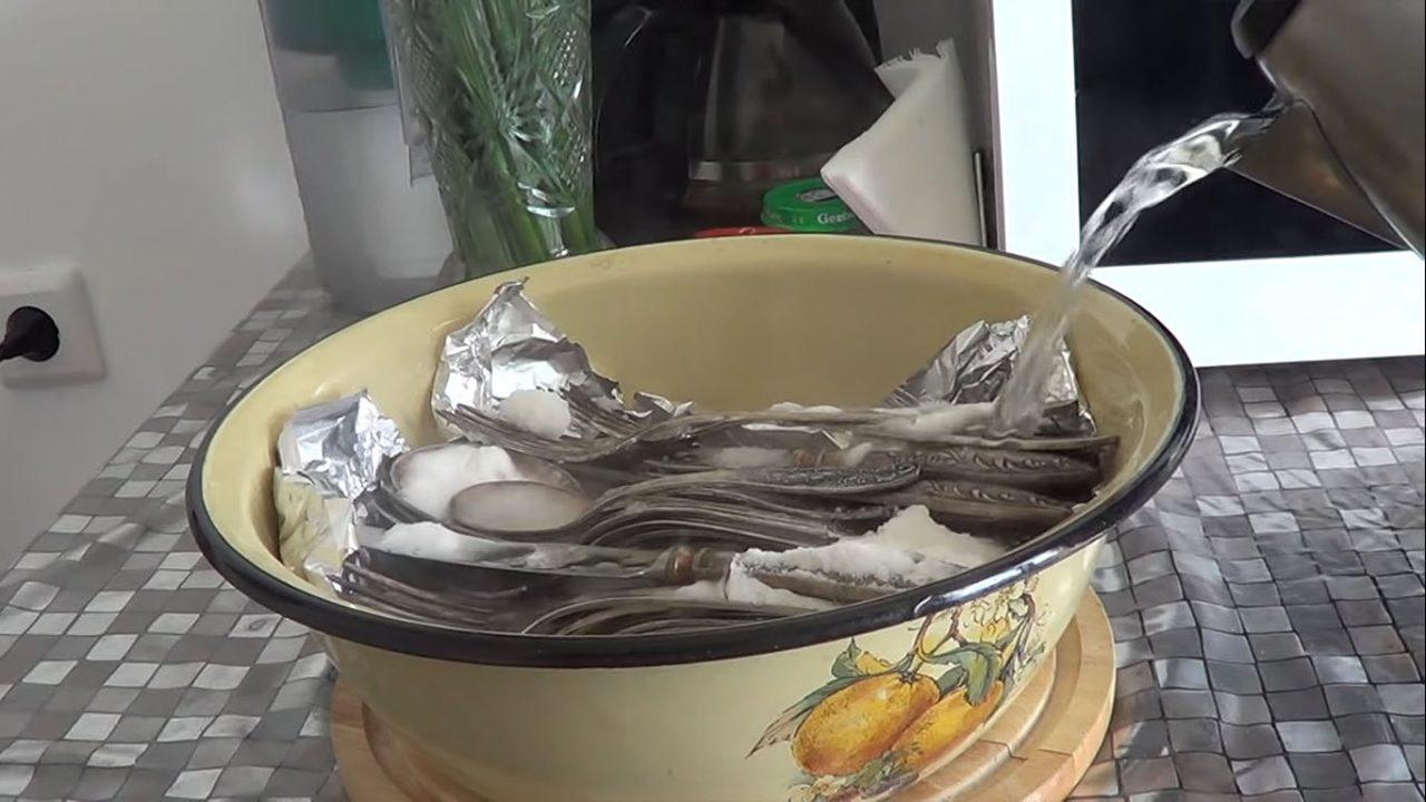 Как почистить ложки и вилки, чтобы блестели как новые