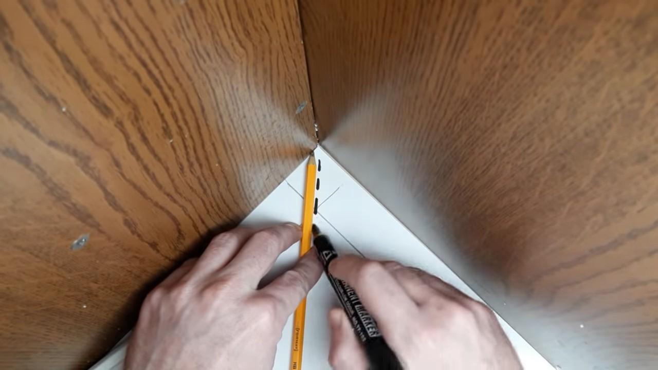 Как правильно вырезать угол на потолочном плинтусе. Ровно и без мучений