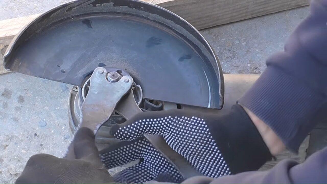 Как открутить диск на болгарке если закусило