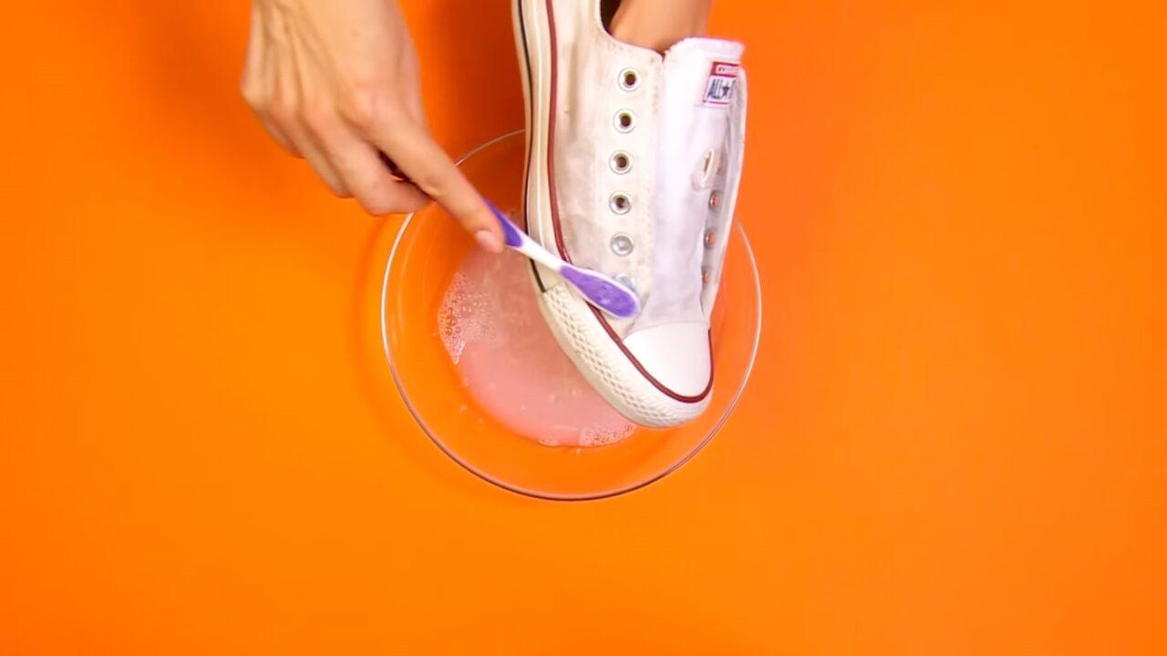 Как очистить белые кроссовки или кеды в домашних условиях