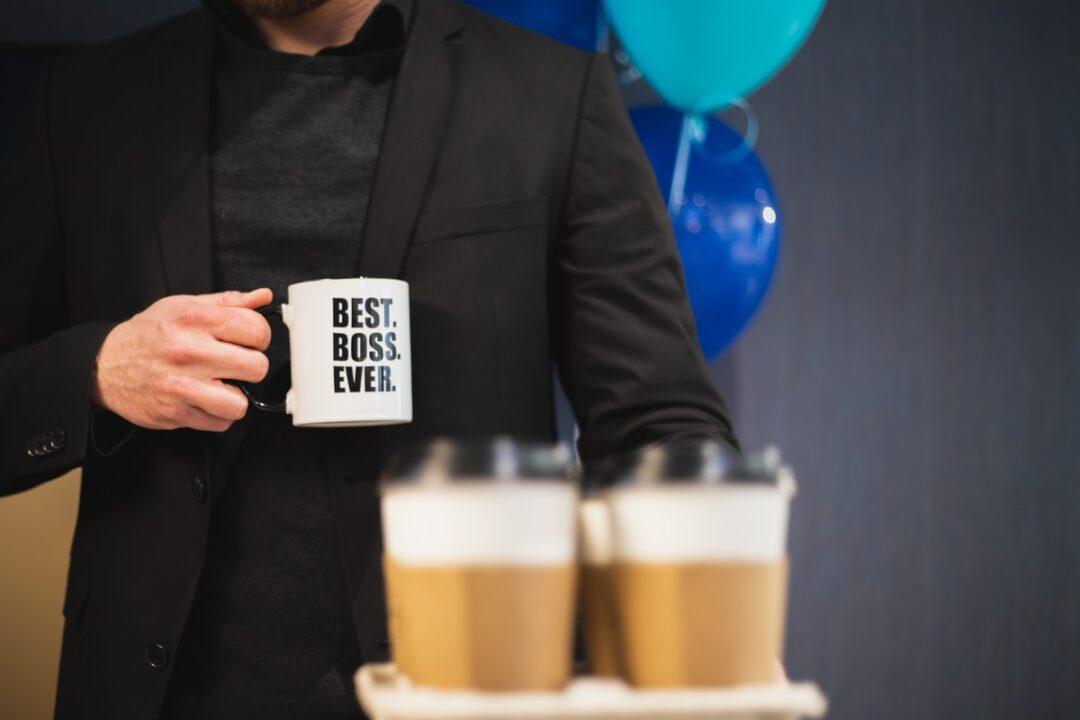 Что подарить руководителю мужчине на день рождения. 65 идей для оригинального подарка от коллектива